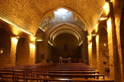 L'interior de l'església amb la volta de mig punt i l'ogival de la nau (2015)