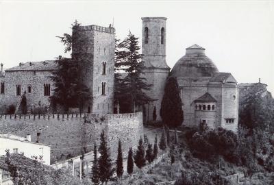El castell i l'església amb la capella del Sant Crist dalt d'un turó sobre el Raval Jussà (cap al 1955)