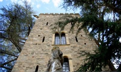 L'escultura del rei Jaume I el Conqueridor presideix els jardins del castell (2015)
