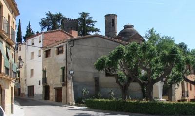 La casa de Cal Borrull era a tocar de la primitiva plaça Major de la vila, convertida després en la plaça Jussana, i avui en plaça del Sant Crist (2015)