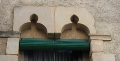 Finestra gòtica amb arcs trilobulats de la façana principal (2015)
