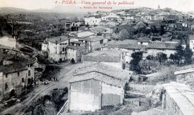 La Guinovarda separava les Cases Dellà l'Aigua (les de l'esquerra de la imatge) de la resta de Piera. La barriada s'unia a la vila per un pont avui amagat sota la plaça de la Sardana (vers 1915)