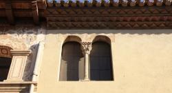 El capitell originari de la Casa de la Volta, obrat amb cares, avui es conserva en una façana del carrer del Doctor Carles (2015)