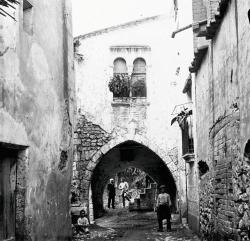 Fins al trasllat de la finestra geminada, el carrer de la Salut va mantenir el seu caire original. Foto de Josep Salvany, Biblioteca de Catalunya (1912)
