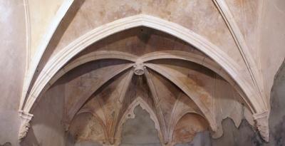 Interior de la capella, on s'observen els sostres de guix amb claus de volta i mènsules treballades (2015)