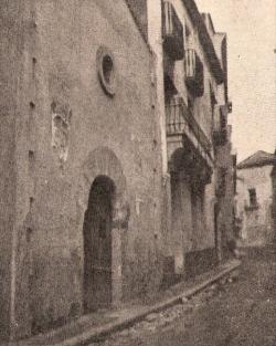 La capella de Sant Sebastià, ubicada a mitja costa, dóna nom al carrer homònim des del mateix segle XVI (vers 1925)