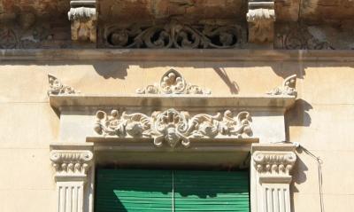 Obertura de Cal Nadal emmarcada per llindes i falses pilastres de- corades amb motius vegetals i geomètrics (2015)