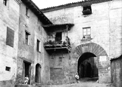 Amb el pas dels anys el portal va anar perdent l'ús defensiu. Foto de Josep Salvany, Biblioteca de Catalunya (1914)