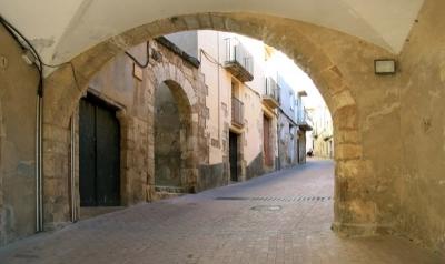 Al segle XVI en travessar el Portal Jussà s'arribava a la plaça per aques- ta costa, anomenada aleshores carrer de l'Hospital o Empedrat (2015)
