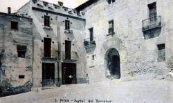 Els forners Farrés ja havien adquirit i rehabilitat molt dignament la casa i el portal (dècada de 1930)