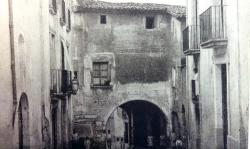 Fins a l'any 1930 hi va haver una font pública a la banda esquerra del portal (vers 1919)