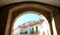 Vistes de Cal Pau Batlle, Cal Nadal i Cal Vendrell des de l'interior del portal (2015)