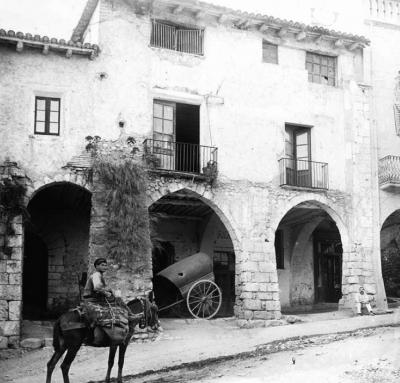 La tradició apunta que el militar Joan Orpí del Pou va néixer a la casa del balcó més ample. Foto de Josep Sal- vany, Biblioteca de Catalunya (1914)