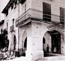 Des del segle XVIfins a la dècada de 1970 aquestes voltes eren el centre neuràlgic i comercial de la vila (cap al 1920)