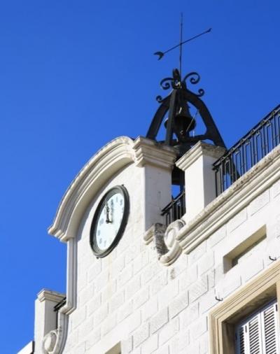 Cornisa noucentista que trenca la simetria de la façana per ubicar-hi el rellotge (2015)