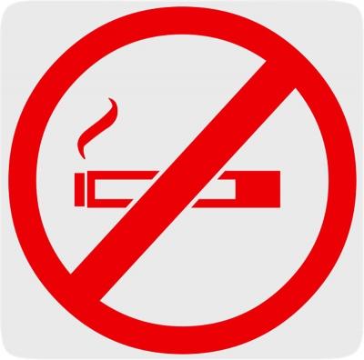 Es restringeix la possibilitat de fumar en espais públics