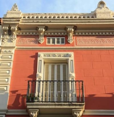 Obertures emmarcades per dintells i falses pilastres decorades amb motius vegetals i geomètrics (2015)