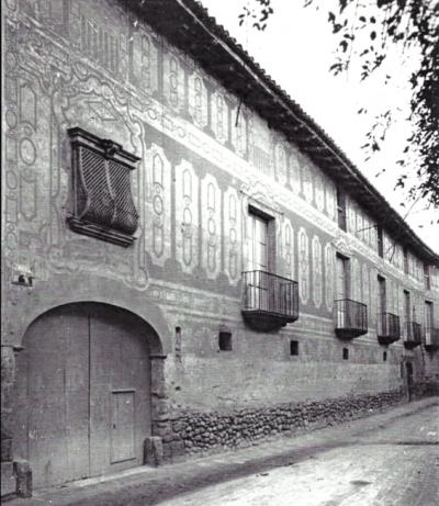 Façana esgrafiada abans de la inter- venció de Ferran Serra i Sala (1936)
