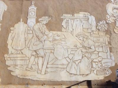 En al·lusió al cognom de la saga fundadora, Serra i Sala hi va esgra- fiar un taller de sastreria (2015)