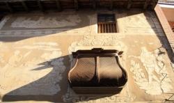 Gelosia del primer pis, testimoni del ric treball de fusta de la casa (2015)