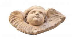Angelet que corona la porta d'entrada central. Sembla que el va introduir Ferdinandus en la intervenció de 1943 (2015)