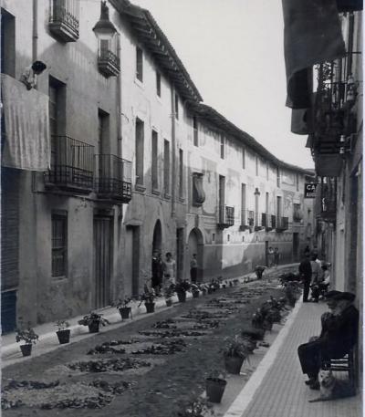 Guarnició del carrer del doctor Carles, davant de Cal Metge Vidal, durant les festes del Corpus (1960)