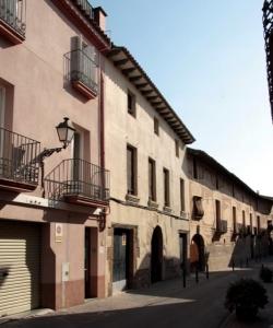 Cal Metge Vidal està ubicada paret per paret amb Casa Sastre (2015)