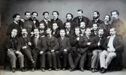 Fotografia dels metges de la facultat de Medicina de Barce- lona del curs 1864-1865. Pau Vidal Abad és, dels asseguts, el segon començant per l'esquerra