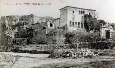 Vista de Cal Jana, amb Montserrat de fons, sota el turó (2015)