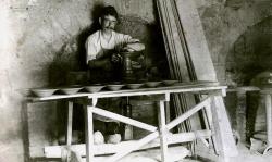 El propietari de Cal Jana, Joan Monbert Tarrida, modelant plats (cap al 1919)