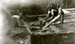 Treballadors de la bòbila de Cal Jana elaborant el fang (vers 1919)