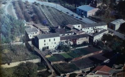 Vista del complex de Ca l'Isidret i Cal Casals a vol d'ocell (dècada de 1980)