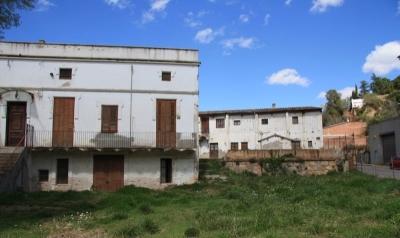 Vista del conjunt de Cal Casals. En primer terme la casa i en segon els assecadors de la fàbrica (2015)