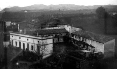 Vista del complex tripartit de Cal Casals: la casa, la fàbrica i els assecadors