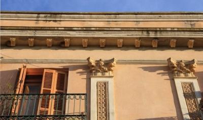 Detall de les pilastres i capitells coríntics que emmarquen les obertures de la façana (2015)