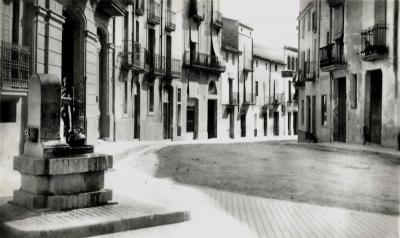 La via principal de Piera, que formava una petita plaça davant de Can Torras, encara mantenia els carrers de terra quan la casa ja s'havia aixecat imponentment
