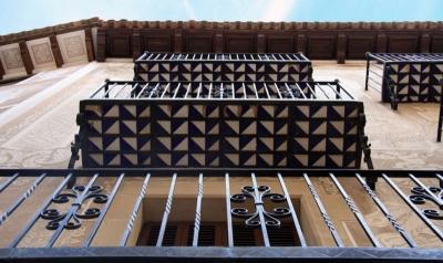 L'estructura de ferro dels balcons permet mostrar la rajola de cerà- mica vidriada (2015)