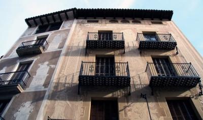 Les dues cases, que es troben en angle i que Víctor Riu va transfor- mar en sis habitatges (2015)