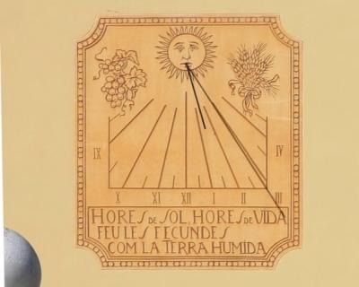"""Detall del rellotge de sol esgrafiat per Ferdinandus on es llegeix: """"Hores de sol, hores de vida, feu-les fecundes com la terra humida"""" (2015)"""