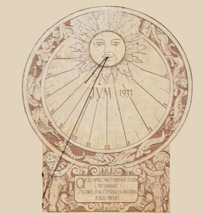 Detall del rellotge de sol esgrafiat per Ferdinandus de la façana de migdia, que incorpora diversos animals de l'horòscop (2015)