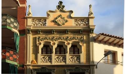 Les obertures de la segona planta es mostren com un únic element em- marcat i elegantment decorat (2015)