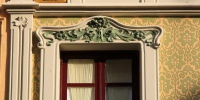 Detall de l'emmarcat sinuós de les obertures, decorat amb motius florals (2015)