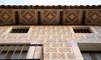 L'esgrafiat que emmarca l'obertura ennobleix la façana (2015)