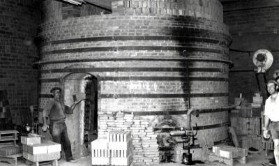 Treballador introduint totxos al forn refractari (1960)