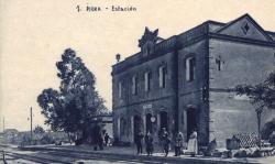 Mentre que la primera planta acollia la sala d'espera dels viatgers, el primer pis acollia l'habitatge del cap d'estació (vers 1930)