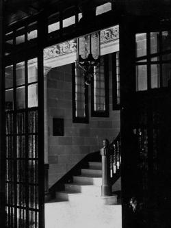 Entrada-rebedor de la casa, on hi havia les escalinates cap al primer pis (dècada de 1920)